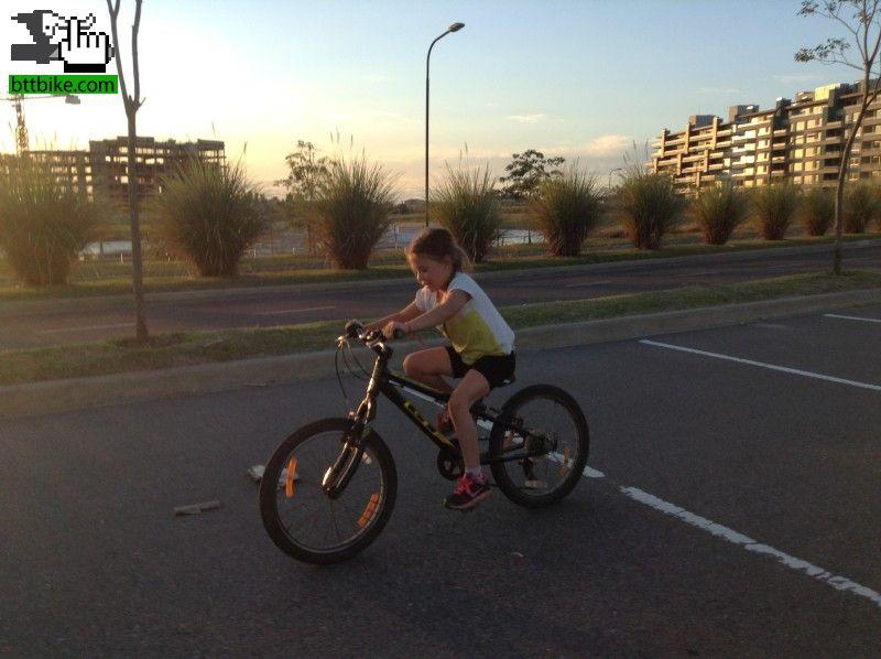 Enseñar A Los Chicos A Andar En Bici: Enseñando A Andar En Bici A Mi Nena Foto